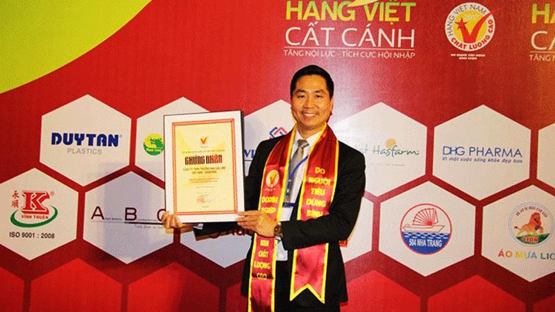 Giám đốc công ty DASAVINA nhận chứng nhận HVNCLC